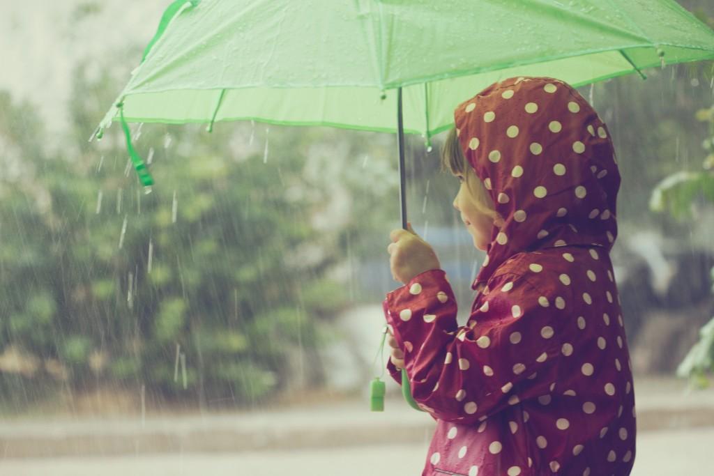 nena sota la pluja shutterstock_219087994